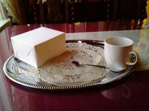 kahvi kauniilla tarjottimella ja pitsillä