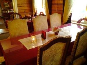 Pöydät koreat. Romantiikan tuntua :)