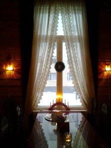 Valkoiset verhot pitseineen :> Kaunis ikkuna